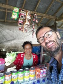déjeuner dans un Warung (tout petit commerce, souvent pour manger) à Keliki