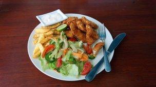 calamars , frites et salade verte