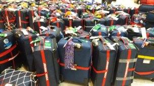 la famille valises en voyage :) Aéroport de Jakarta (Indonésie 2017) L'autre ailleurs , voyager autrement. Voyager c'est aller vers un autre pays, une autre culture, un autre ailleurs. Le voyage ouvre l'esprit autant que le cœur, pour peu qu'on soit à l'écoute. Parce que le monde nous apprend tant sur lui et sur nous, lorsque nous le parcourons, j'aimerais partager ma modeste expérience et donner l'envie au lecteur de cet autre ailleurs. Thierry
