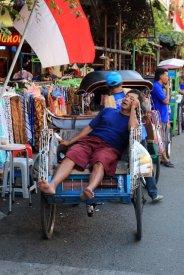 petite pause dans la rue principale de Malioboro