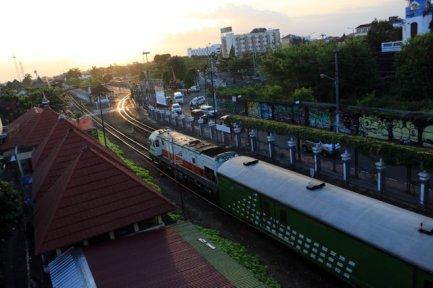 le train entrant dans la gare de Yogyakarta