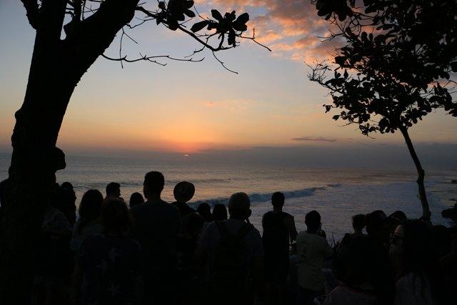 coucher de soleil à Tanah Lot (Indonésie 2017) L'autre ailleurs , voyager autrement. Voyager c'est aller vers un autre pays, une autre culture, un autre ailleurs. Le voyage ouvre l'esprit autant que le cœur, pour peu qu'on soit à l'écoute. Parce que le monde nous apprend tant sur lui et sur nous, lorsque nous le parcourons, j'aimerais partager ma modeste expérience et donner l'envie au lecteur de cet autre ailleurs. Thierry