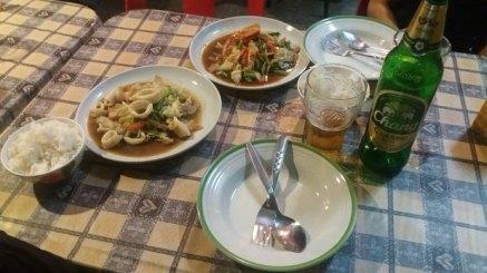 Calamars en sauces et riz nature avec bière Chang (Thaïlande)