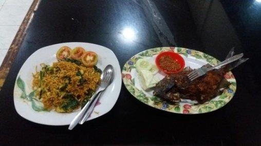 Mie Goreng et poisson grillé à Mataram - Lombok (Indonésie)