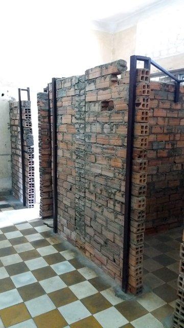 cellules au musée du génocide Toul Sieng ou camp S-21 - L'autre ailleurs au Cambodge