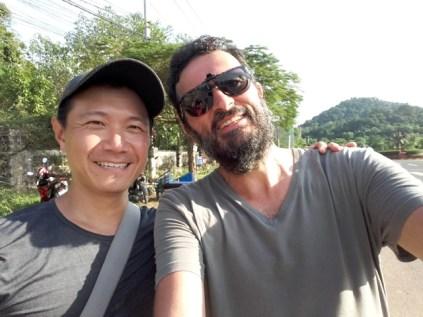jolie rencontre avec Eric (USA) sur le marché du crabe à Kep