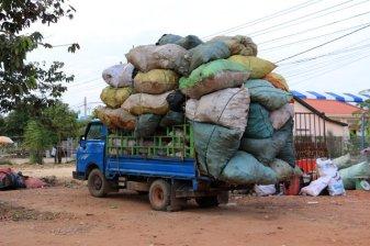 on est bon pour le gabarit ? sur la route de Siem Reap