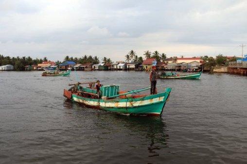 A Kampot, les pêcheurs sortent en mer juste avant que ne tombe la nuit