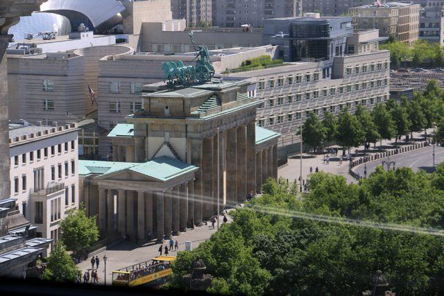La porte de Brandebourg depuis le dôme du Bundestag (http://www.autre-ailleurs.fr)