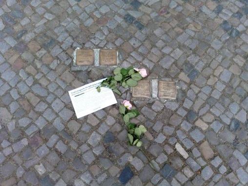 chaque petite plaque en laiton rappelle qu'un juif ici est tombé (http://www.autre-ailleurs.fr)