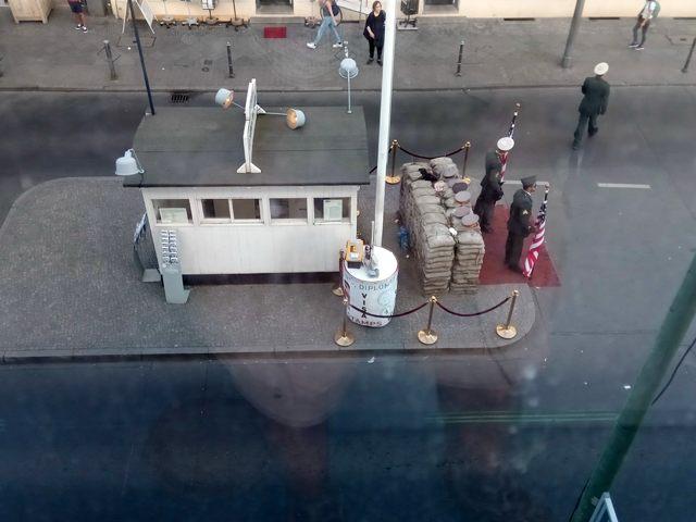 Check Point Charlie, vu depuis le musée du mur (http://www.autre-ailleurs.fr)