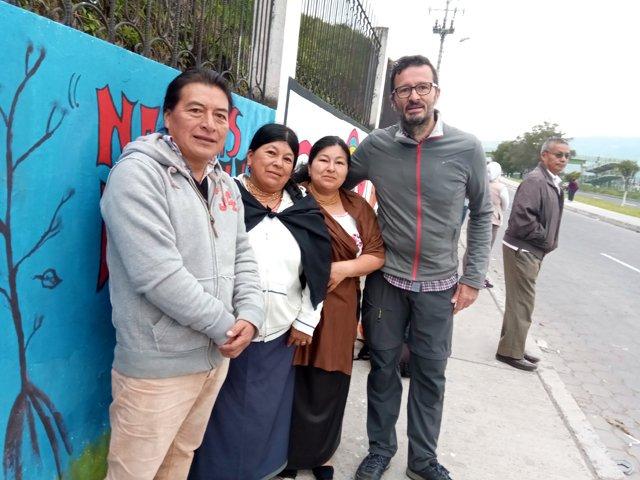 difficile départ d'Otavalo difficile de sourire quand on quitte ses amis (depuis le premier plan : Galo et son épouse, Blanca et moi) - l'autre ailleurs, une autre idée du voyage