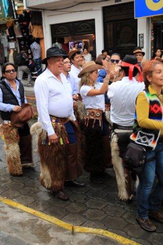 défilé et danses dans les rues d'Otavalo - l'autre ailleurs, une autre idée du voyage
