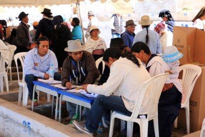 """""""bureau"""" de vote pour l'élection du président du cimetière d'Otavalo - l'autre ailleurs, une autre idée du voyage"""