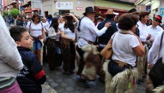 danse dans les rues d'Otavalo - l'autre ailleurs, une autre idée du voyage