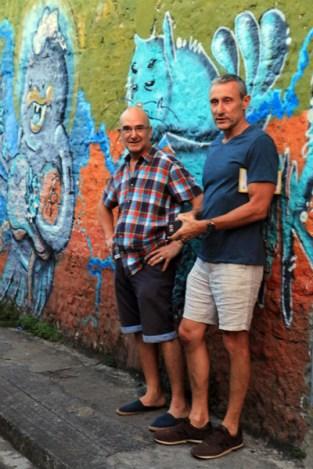 Patrick et Rafaël devant un fresque de Street art à Cali - l'autre ailleurs en Colombie, une autre idée du voyage