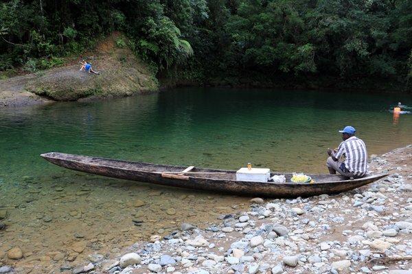 vendeur de boisson sur la rivière de la réserve naturelle de San Cipriano à 100 Km de Cali en Colombie - l'autre ailleurs en Colombie, une autre idée du voyage