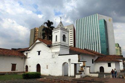 vieille église et immeubles modernes à Cali - l'autre ailleurs en Colombie, une autre idée du voyage