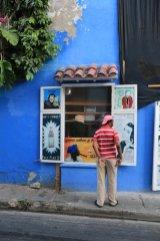 l'homme intrigué à Carthagène des Indes - l'autre ailleurs en Colombie, une autre idée du voyage