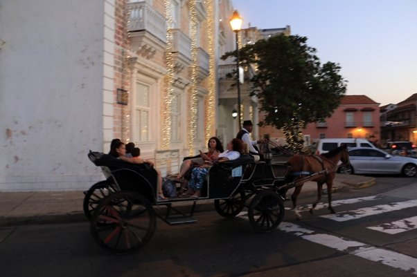un petit tour en calèche à Carthagène des Indes - l'autre ailleurs en Colombie, une autre idée du voyage