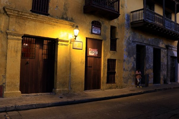 une rue, la nuit à Carthagène des Indes - l'autre ailleurs en Colombie, une autre idée du voyage