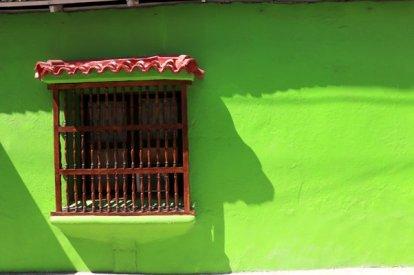 une maison colorée à Carthagène des Indes - l'autre ailleurs en Colombie, une autre idée du voyage