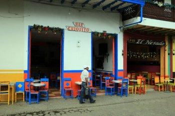 au bar, près de la place du libérateur à Jardin - l'autre ailleurs en Colombie, une autre idée du voyage