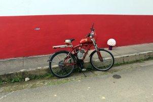 drôle de bicyclette à moteur à Jardin - l'autre ailleurs en Colombie, une autre idée du voyage