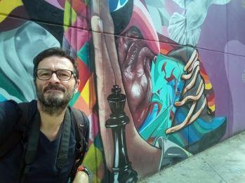 """Dans le quartier """"Communa 13"""", jadis le lieu le lieu le plus dangereux du monde. Désormais pacifiée, cette favela (quartier pauvre, pour ne pas dire bidonville) se visite pour ses superbes graffiti, ses fresques murales, odes à la paix retrouvée - l'autre ailleurs en Colombie, une autre idée du voyage"""