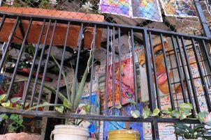 """Dans le quartier """"Commua 13"""", jadis le lieu le lieu le plus dangereux du monde. Désormais pacifiée, cette favela (quartier pauvre, pour ne pas dire bidonville) se visite pour ses superbes graffiti, ses fresques murales, odes à la paix retrouvée. - l'autre ailleurs en Colombie, une autre idée du voyage"""