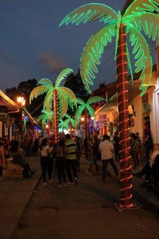 la nuit, la rue principale de Salento - l'autre ailleurs en Colombie, une autre idée du voyage