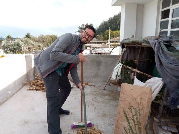 en plein boulot. je nettoie les crottes des cuy (cochons d'inde) sur la terrasse de la maison de Blanca à Otavalo - l'autre ailleurs