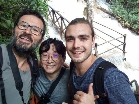 Ton Hi le coréen et Lukas l'allemand, ici à la cascade de Kuang Si - Laos - l'autre ailleurs, une autre idée du voyage