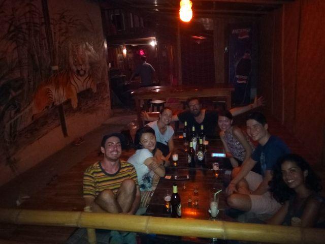La troupe cosmopolite autour d'une bière le premier soir à Nong Khiaw - l'autre ailleurs, une autre idée du voyage