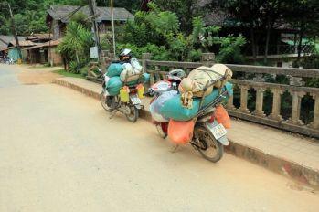 bien chargés !! à Nong Khiaw