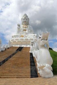 dragon veillant sur l'énorme Bouddha blanc près de Chiang Rai - l'autre ailleurs, une autre idée du voyage