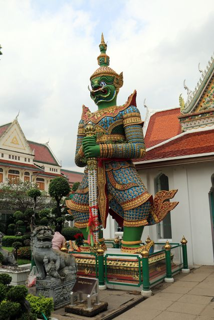 près du temple Wat Arun Ratchawararam Ratchawaramahawihan à Bangkok - l'autre ailleurs, une autre idée du voyage