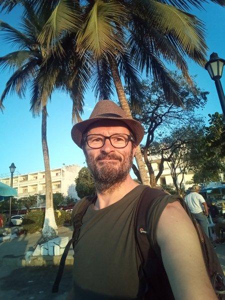 mon nouveau chapeau acheté 5 000 Pesos (1,40 € env.) sur le front de mer à Santa Marta - l'autre ailleurs en Colombie, une autre idée du voyage
