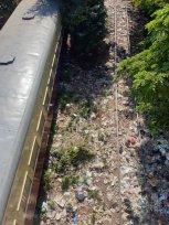 Une vue sur la pollution, ici des tas de plastiques sur les rails de la gare de Mandalay - l'autre ailleurs au Myanmar (Birmanie) et Thaïlande, une autre idée du voyage