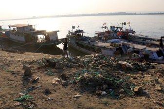 Un enfant joue au cerf-volant sur un tas d'immondices dans un bidon-ville tout près de l'embarcadère des bateaux de croisières à Mandalay - l'autre ailleurs au Myanmar (Birmanie) et Thaïlande, une autre idée du voyage