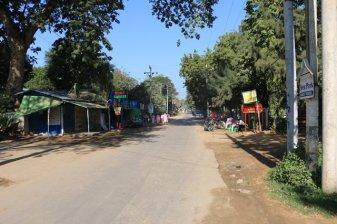La rue principale des restaurants pour touristes dans le quartier Nyaung Oo de Bagan - l'autre ailleurs au Myanmar (Birmanie) et Thaïlande, une autre idée du voyage