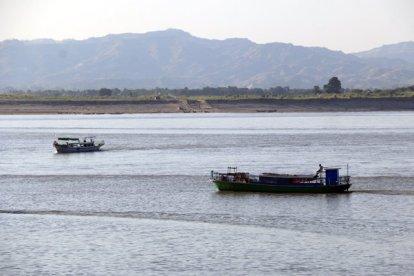bateaux sur la rivière Irrawaddy à Bagan - l'autre ailleurs au Myanmar (Birmanie) et Thaïlande, une autre idée du voyage