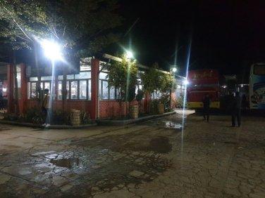 pause dîner du bus de nuit pour Bago (Pegou). - l'autre ailleurs au Myanmar (Birmanie) et Thaïlande, une autre idée du voyage