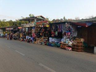 dans la rue principale à Kin Pun, près du site de Golden Rock - l'autre ailleurs au Myanmar (Birmanie) et Thaïlande, une autre idée du voyage