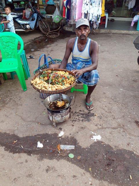 vendeur de samoussas à Kin Pun, près du site de Golden Rock - l'autre ailleurs au Myanmar (Birmanie) et Thaïlande, une autre idée du voyage