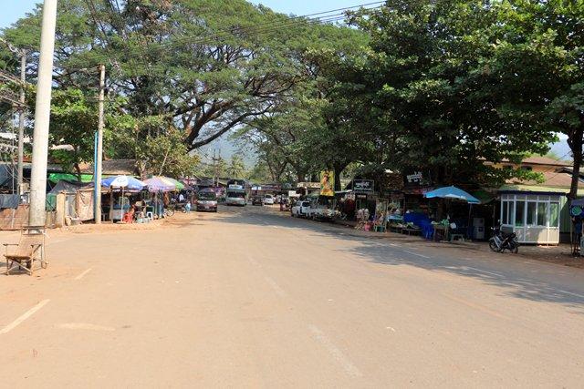 dans la rue principale de la petite ville de Kin Pun - l'autre ailleurs au Myanmar (Birmanie) et Thaïlande, une autre idée du voyage