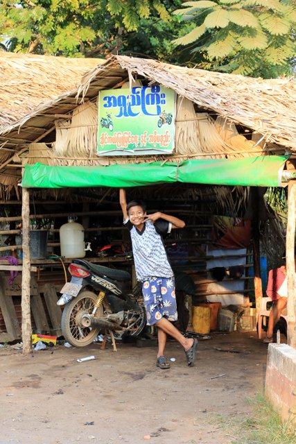 enfant se prêtant au jeu de la photo dans la petite ville de Kin Pun - l'autre ailleurs au Myanmar (Birmanie) et Thaïlande, une autre idée du voyage