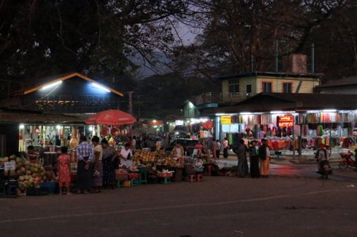 dans la petite ville de Kin Pun, la nuit - l'autre ailleurs au Myanmar (Birmanie) et Thaïlande, une autre idée du voyage