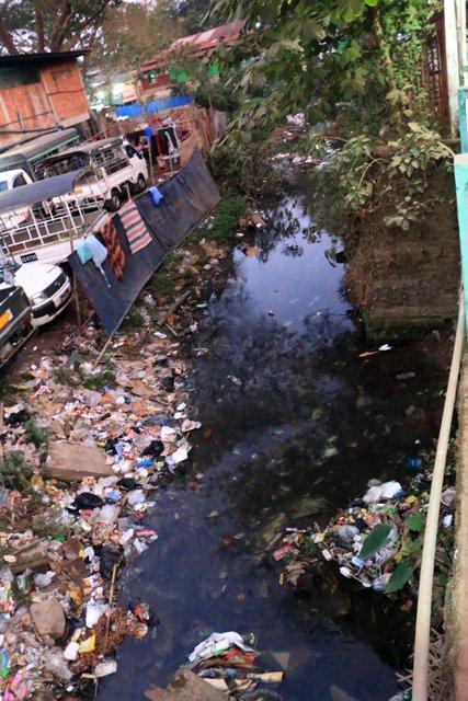 dans la petite ville de Kin Pun, sous ce pont une petite rivière mais surtout la décharge publique :( - l'autre ailleurs au Myanmar (Birmanie) et Thaïlande, une autre idée du voyage