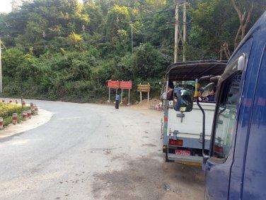 en bus vers le site de Golden Rock (le rocher d'or) depuis la petite ville de Kin Pun, les bus marquent montant marque la pause pour laisser ceux qui descendent - l'autre ailleurs au Myanmar (Birmanie) et Thaïlande, une autre idée du voyage